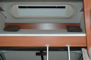 Spací prostor nad kabinou vozu.